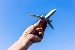 Samolotu model w ręce na pogodnym niebie Pojęcia podróż, transport, transport, marzy o wakacjach Obraz Stock