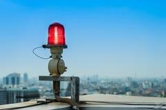 Samolotu ostrzegawczy światło na górze highrise budynek obrazy royalty free