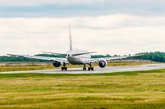 Samolotu pasażerskiego dżetowy taxiing wzdłuż pasa startowego Fotografia Royalty Free