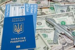 Samolotu, paszporta i linii lotniczej bilety przeciw tłu dolary, obraz stock