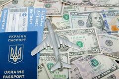 Samolotu, paszporta i linii lotniczej bilety przeciw t?u dolary, zdjęcia royalty free