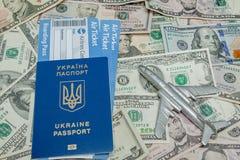 Samolotu, paszporta i linii lotniczej bilety przeciw t?u dolary, obraz stock
