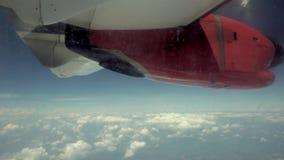 Samolotu skrzydło i niebieskie niebo widok od samolotu zbiory