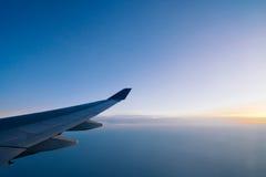 Samolotu skrzydło na jutrzenkowym nieba tle obrazy royalty free