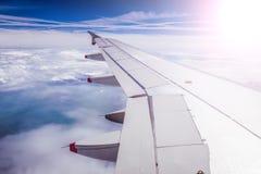 Samolotu skrzyd?o przez samolotu okno Szklarniany skutek, globalne ocieplenie sunshine fotografia stock
