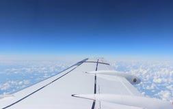 Samolotu skrzydło w niebie obrazy royalty free