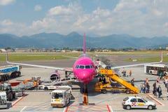 Samolotu Wizz Air lotnictwa firma przy lotniskiem Zdjęcie Stock