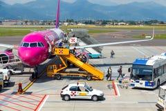 Samolotu Wizz Air lotnictwa firma przy lotniskiem Fotografia Stock