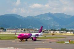 Samolotu Wizz Air lotnictwa firma przy lotniskiem Bergamo Obrazy Royalty Free