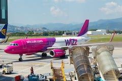 Samolotu Wizz Air lotnictwa firma przy lotniskiem Bergamo Obraz Stock