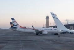 Samoloty kilka lotnictwo firm stojak w wczesnym poranku przy śmiertelnie budynkiem przy międzynarodowym Ben Gurion airpor Obrazy Royalty Free