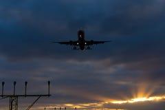 Samoloty Ląduje Perfect niebo zmierzch Obraz Royalty Free