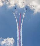 Samoloty lata z opary śladem fotografia stock