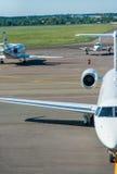 Samoloty na lotnisku Obrazy Stock