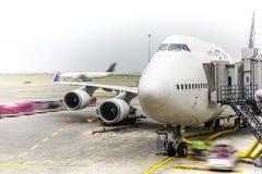 Samoloty pasażerscy przygotowywający zdejmować obrazy royalty free