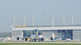 Samoloty przy Lufthansa Technik budynkiem w Monachium lotnisku, MUC