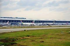 Samoloty wykładają up przy Shanghai Pudong lotniskiem międzynarodowym (PVG) obrazy stock