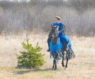 SAMOLVA, PSKOVSKAYA OBLAST, ΡΩΣΊΑ - ΣΤΙΣ 22 ΑΠΡΙΛΊΟΥ: ο αναβάτης πλατών αλόγου σε ένα άλογο της ιστορικής αναδημιουργίας του Batle Στοκ Εικόνες