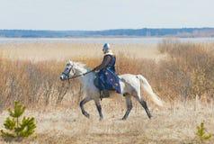Ιππότης σε ένα τεθωρακισμένο καβάλλα σε ένα άλογο Στοκ φωτογραφία με δικαίωμα ελεύθερης χρήσης