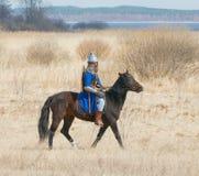 Ιππότης σε ένα τεθωρακισμένο καβάλλα σε ένα άλογο Στοκ Εικόνες