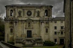 Samos Sarria/Spanien, Maj 20, 2018; Kloster av Samos, kyrklig ingång fotografering för bildbyråer