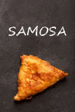 samosa Ινδική κουζίνα στο μαύρο πίνακα κιμωλίας Στοκ Φωτογραφίες