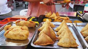 Samosa στην αγορά τροφίμων στην Ταϊλάνδη πακέτα πωλητριών για την πώληση στον αγοραστή 3840x2160 απόθεμα βίντεο
