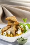 Samosa τυριών καλαμποκιού με την εμβύθιση μεντών Στοκ Φωτογραφίες