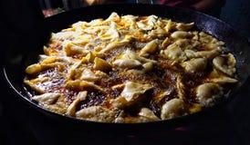 Samosa глубоко жарит в больших черных Kadai или сковороде с серией масла стоковые изображения rf