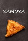 samosa Индийская кухня на черной доске Стоковые Фото
