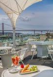 Samosa и сок клубники с взглядом моста на предпосылке Стоковые Изображения RF