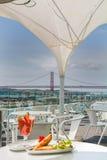 Samosa и сок клубники с взглядом моста на предпосылке Стоковые Изображения