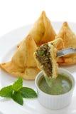 Samosa com chutney da hortelã, alimento indiano Foto de Stock