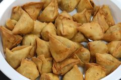 Samosa cuit ? la friteuse photo stock