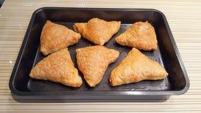 Samosa gotował w piekarniku Torty faszerujący płatkowaty ciasto Zdjęcie Royalty Free