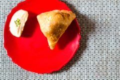 Samosa, peda barfi auf roter Platte und gesponnener Matte, typisches indisches Imbissfrühstück stockbilder
