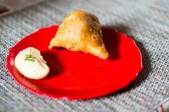 Samosa, peda barfi auf roter Platte und gesponnener Matte, typisches indisches Imbissfrühstück lizenzfreie stockbilder