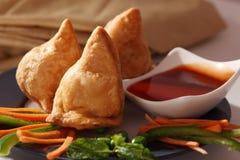Samosa- que um indiano fritou, pastelaria cozida. imagens de stock