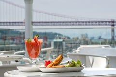 Samosa und Erdbeersaft mit Brückenansicht über Hintergrund Lizenzfreie Stockfotografie