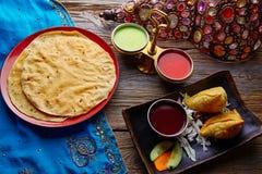 Samosas用Papadam红色绿色调味汁 免版税库存图片