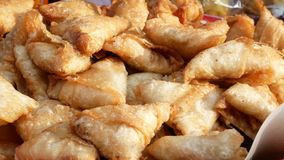 Samosas κοτόπουλου που πωλούν στο Ramadan bazaar απόθεμα βίντεο