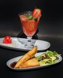 2 samosas и сока клубники Стоковые Фотографии RF