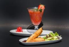 2 samosas и сока клубники Стоковое фото RF