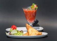 2 samosas и сока клубники Стоковые Фото