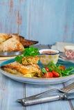 Samosas цыпленка с чатнями манго и свежим салатом стоковые изображения