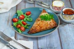 Samosas цыпленка с чатнями манго и свежим салатом стоковое изображение rf