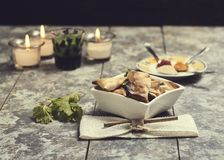Τραγανά samosas που γίνονται στο φούρνο στοκ εικόνες