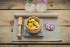 Samosas asiatiques à l'oignon rouge sur le destinataire en bois Photos libres de droits