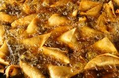 Samosas che è fritto Fotografia Stock Libera da Diritti