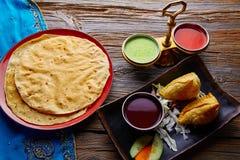 Samosas con las salsas verdes rojas de Papadam Fotografía de archivo